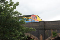 Train sur la passerelle Image stock