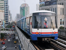 Train sur le chemin de fer élevé à Bangkok Photos libres de droits