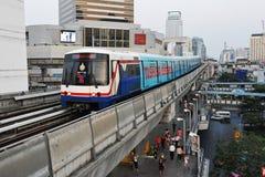 Train sur le chemin de fer élevé à Bangkok Photographie stock