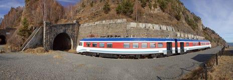 Train sur le chemin de fer de circum-Baikal Photo libre de droits