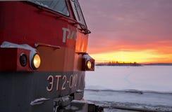 Train sur le fond de l'aube Photo libre de droits