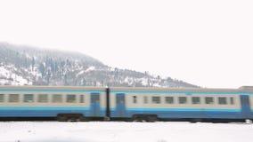 Train sur le fond des montagnes d'hiver banque de vidéos