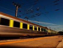 Train sur le mouvement de tache floue dans le jour lumineux Image libre de droits