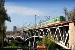 Train sur le pont de Poniatowski à Varsovie Photographie stock libre de droits