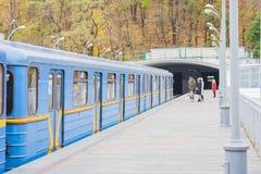 Train sur le pont en souterrain de métro au-dessus de la rivière Dnieper, Kiev, Ukraine photos stock