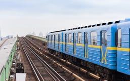 Train sur le pont en souterrain de métro au-dessus de la rivière Dnieper, Kiev, Ukraine photographie stock