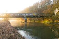 Train sur un pont image stock