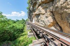 Train thaïlandais sur le pont de Kwai de rivière de Kanchanaburi Photo libre de droits