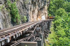 Train thaïlandais sur le pont de Kwai de rivière de Kanchanaburi Photo stock