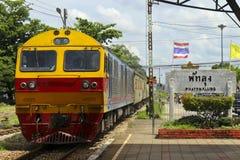 Train tirant dans la gare ferroviaire de phattalung photographie stock