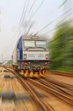 Train traversant à grande vitesse photographie stock libre de droits