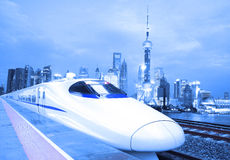 Train ultra-rapide d'ÉMEU d'horizon de Changhaï Bund Lujiazui Photo stock
