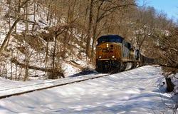 Train voyageant sur un paysage couvert de neige Photographie stock libre de droits