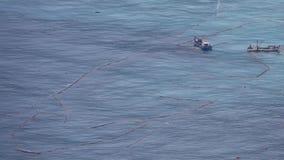Traineiras da pesca na água do mar aberta com redes de pesca em Taiwan Silhueta do homem de neg?cio Cowering video estoque