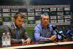 Trainer bei einer Pressekonferenz Lizenzfreies Stockfoto
