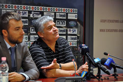 Trainer bei einer Pressekonferenz Stockbilder