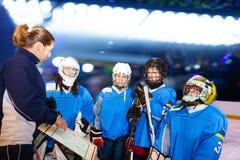 Trainer, der Strategie mit Hockeyspielern bespricht stockfotos