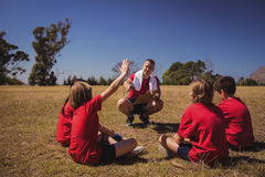 Trainer die jonge geitjes in het laarskamp instrueren royalty-vrije stock afbeelding