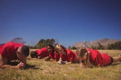 Trainer die jonge geitjes instrueren terwijl het uitoefenen in het laarskamp royalty-vrije stock afbeelding