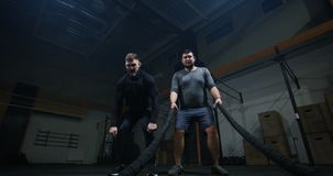 Trainer die jonge mens op opleiding met slagkabel toezicht houden stock footage