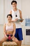 Trainer die zich met de domoren van de vrouwenholding bevindt Royalty-vrije Stock Foto's
