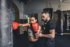 Trainer en vrouwelijke bokser stock fotografie