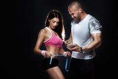 Trainer gemessener Körper des attraktiven Brunettemädchens. Lizenzfreie Stockfotografie