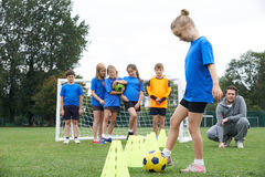 Trainer-Leading Outdoor Soccer-Schulungseinheit stockfoto