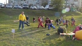 Trainer met jonge atletentrein in openlucht stock video