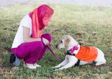 Trainer mit labrador retriever-Blindenhund Stockbild