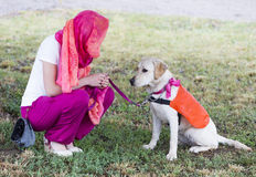 Trainer mit labrador retriever-Blindenhund Lizenzfreie Stockbilder