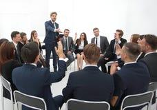Trainer stellt Fragen zu den Teilnehmern des Trainings Stockfoto