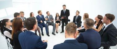 Trainer stellt Fragen zu den Teilnehmern des Trainings Lizenzfreie Stockbilder