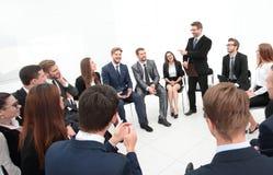 Trainer stellt Fragen zu den Teilnehmern des Trainings Lizenzfreies Stockfoto