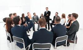 Trainer stellt Fragen zu den Teilnehmern des Trainings lizenzfreie stockfotografie
