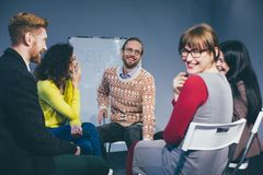 Trainer und Stützungskonsortium während der psychologischen Therapie Lizenzfreie Stockfotos