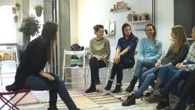 Trainer und Stützungskonsortium während der psychologischen Therapie Ausbildung für Frauen Entwicklung der Sinnlichkeit stock video