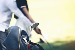 Trainer unterrichten Golfspieler, Holz zu p am Anfang zu fangen stockbild