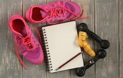 Trainers, domoren, lint, mat op vloer Stock Foto's