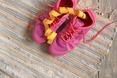 Trainers op houten vloer Stock Foto's