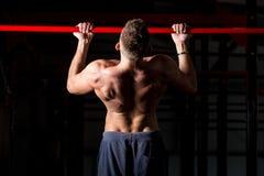 Trainieren auf Kinn-obenstange Stockbild