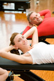 Trainieren an der Gymnastik Lizenzfreie Stockbilder