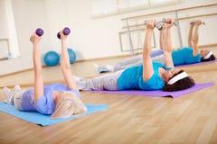 Trainieren in der Gymnastik Lizenzfreie Stockfotos