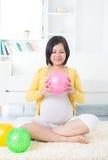 Trainieren der schwangeren Frau des Asiaten Stockfotos