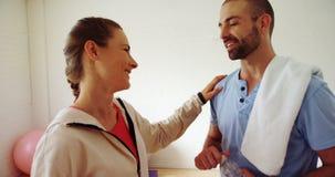 Trainieren Sie die Unterhaltung mit einem Mann am Eignungsstudio 4k stock video