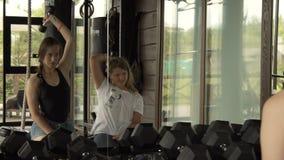 Trainieren Sie mit einem Kind, das Übungen in der Turnhalle tut 10 08 2017 Kyiv ukraine stock footage
