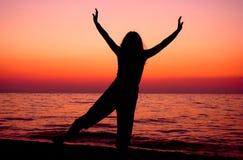 Trainieren Sie am Sonnenaufgang stockfoto