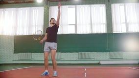 Training auf dem Tennisplatz Fang des jungen Mannes der Ball vom Boden und von den Innings es stock video