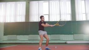 Training auf dem Tennisplatz Junger Mann, der Tennis spielt stock video footage
