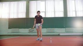 Training auf dem Tennisplatz Junger Mann erhält den Ball aus seiner Tasche und dem Schlagen des Bodens mit ihm heraus stock video footage
